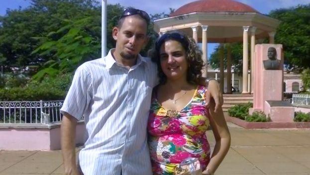 Yoaxis Macheco en una foto de archivo acompañada de su esposo el pastor Mario Félix Lleonart