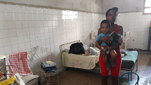 Yudelmis Urquiza con su hijo pequeño, de seis meses. (14ymedio)