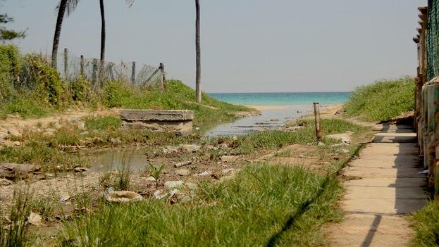 Zanja con aguas albañales del poblado de Guanabo, al Este de La Habana. (Luz Escobar)