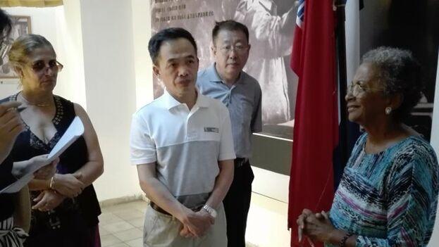 Zheng Fuzhi, viceministro de Educación de China con directora del museo de Alfabetización. (MINED)
