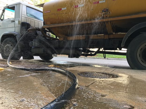 Algunas zonas del país tienen que ser abastecidas mediante camiones cisternas por el mal estado de las tuberías y la poca presión del agua. (14ymedio)