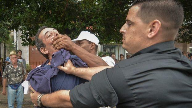 Un activista pro derechos humanos es detenido violentamente por dos agentes de la Seguridad del Estado. (Archivo)