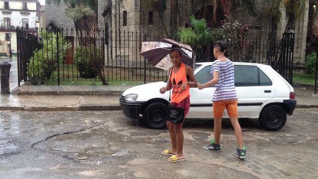 Dos adolescentes bajo la lluvia