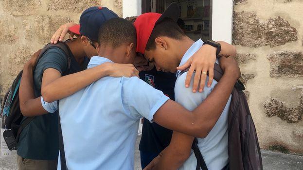 Un grupo de adolescentes del preuniversitario comparten contenido audiovisual a través de un celular. (14ymedio)