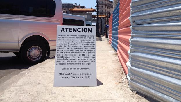 Un cartel advierte de la posibilidad de ser fotografiado y filmado en la zona de rodaje de una película. (14ymedio)