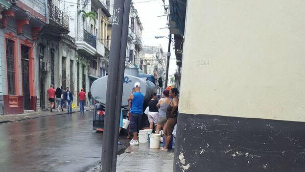 En los barrios más afectados, los vecinos deben trasladarse varias veces a la semana hacia otras zonas con suministro desde donde acarrean el agua en tanques, cubos y otros envases. (cubanoencuba)