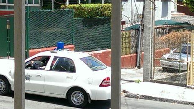 Un operativo policial en los alrededores de la vivienda de varios disidentes. (Lázaro Yuri Valle Roca)