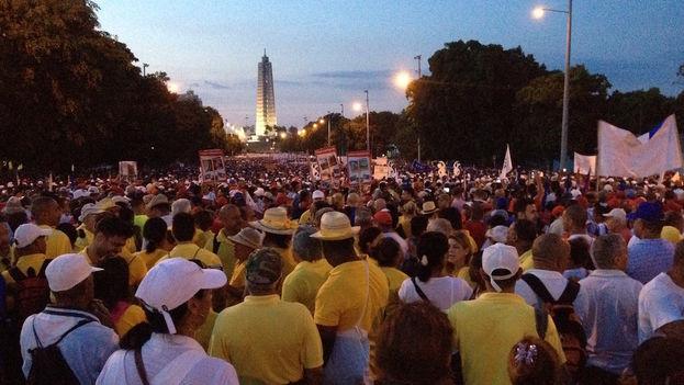 Desde las primeras horas de la madrugada miles de personas se congregaron en los alrededores de la Plaza de la Revolución para el desfile por el Día de los Trabajadores. (14ymedio)