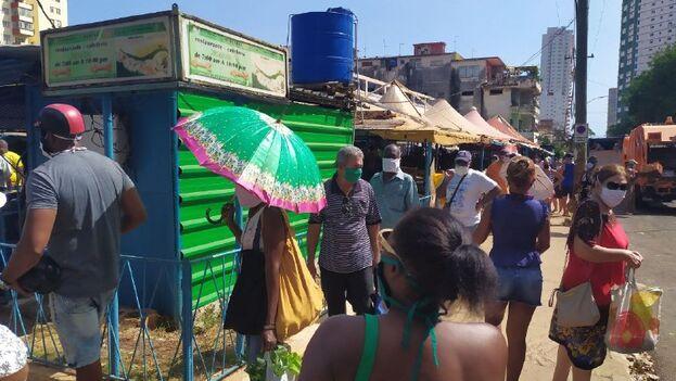 Como una alternativa a hacer colas por varias horas, muchos cubanos apelan al mercado informal. (14ymedio)