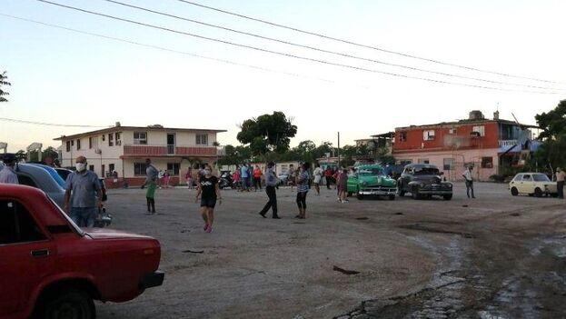 Con las primeras luces del amanecer, unas 250 personas ya aguardaban cerca de la tienda de Boyeros y Camagüey para comprar en divisas. (14ymedio)