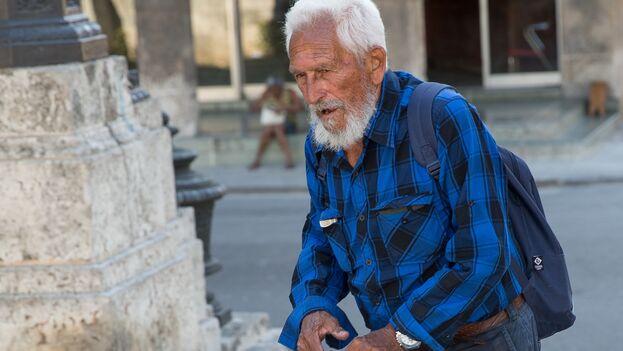 Muchos ancianos cubanos sobreviven gracias a la reventa de los periódicos oficiales. (B. Atkinson)