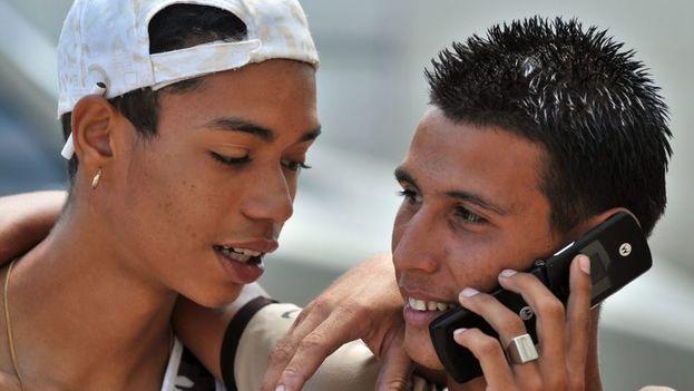 La rebaja anunciada por la compañía reduce a la mitad los costos de las comunicaciones celulares durante el período conocido como fase recuperativa.(EFE)