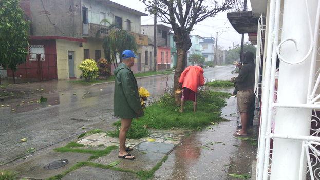 Los vecinos aprovechan una pausa en las lluvias para evaluar los destrozos en la ciudad de Camagüey. (14ymedio)