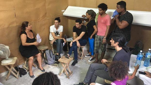Hay un grupo de artistas que están protestando contra el decreto y están siendo reprimidos. (Facebook)