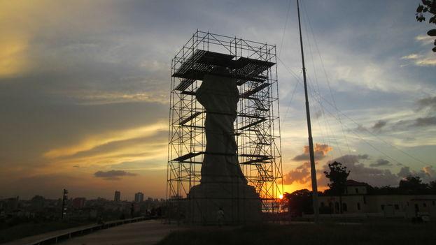 Un atardecer en La Habana con el Cristo como fondo. (14ymedio)