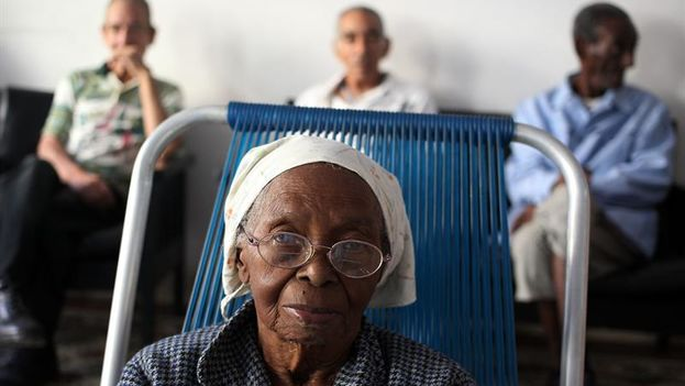 Las 20.000 plazas para atención a ancianos resultan insuficientes en un país con dos millones de mayores de 60 años. (EFE)