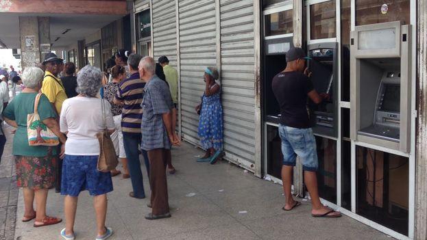 Un hombre intenta sacar dinero este jueves en un cajero automático a las afueras de un Banco Metropolitano en La Habana. (14ymedio)