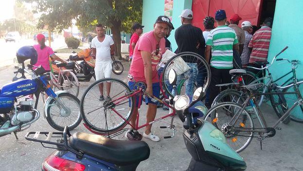 Las autoridades camagüeyanas han reforzado la presencia de policías vestidos de civil, especialmente en los alrededores de las largas filas para comprar alimentos. (14ymedio)