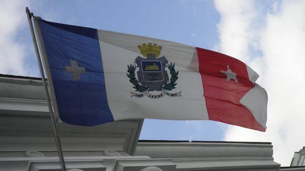 La bandera de Cienfuegos ondea en la sede del Poder Popular Provincial (14ymedio)