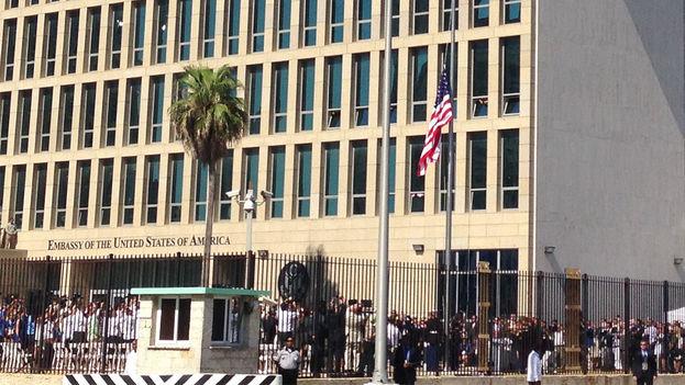 La bandera de Estados Unidos es izada frente a su embajada, en el Malecón de La Habana