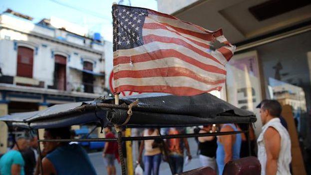 Una bandera estadounidense ondea en un bicitaxi en La Habana. (EFE)