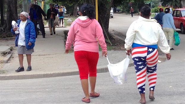 """La bandera, mejor """"bien ajustada"""", piensan algunos. (14ymedio)"""