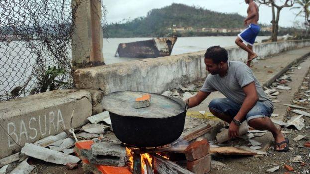 Un baracoense utiliza los escombros que dejó Matthew para improvisar una cocina (EFE)