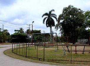 Una valla sin barrotes intenta cuidar un parque descuidado. (Héctor Darío Reyes)