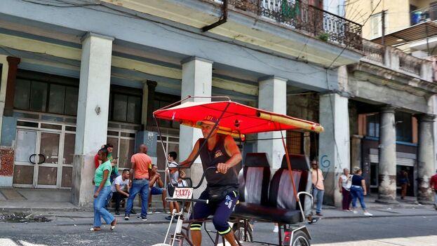 Un cubano conduce un bicitaxi por el centro histórico de La Habana, que enfrenta otro período de escasez (EFE).