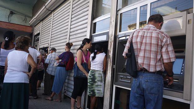 Las colas en los cajeros cubanos se multiplican los fines de semana. (14ymedio)
