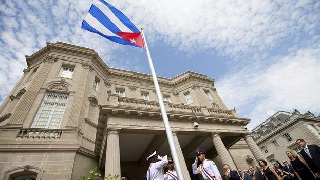 El canciller cubano, Bruno Rodríguez tras izar la bandera nacional en la embajada cubana en Washington. (EFE)
