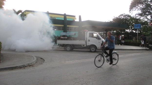 Un carro de fumigación en la ciudad de Holguín. (14ymedio/Fernando Donate)
