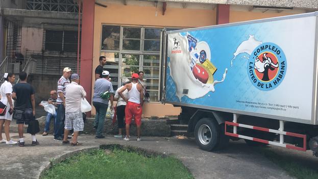 Tras el anuncio, cientos de compradores se aglomeraron a las afueras de las lecherías. (14ymedio)