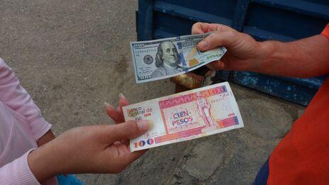 El dólar ha circulado en la Isla incluso cuando su tenencia estaba fuertemente penalizada. (Cubanet)