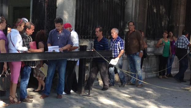 La cola de votantes ante la embajada de España en La Habana. (14ymedio)