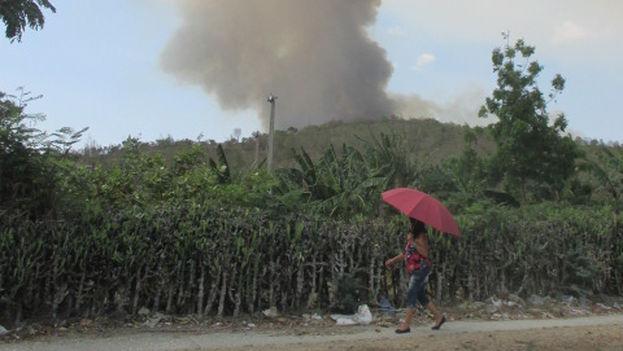 La columna de humo alarmó a los habitantes del lugar. (FERNANDO DONATE)