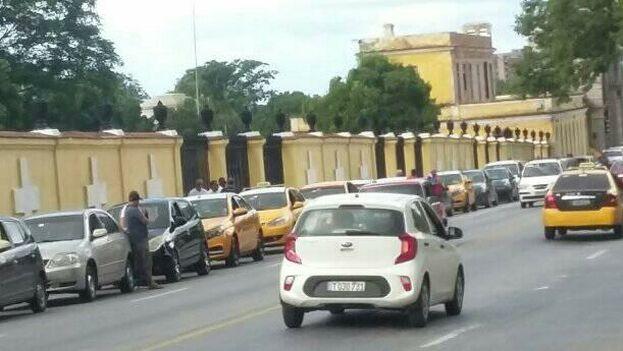 Las colas para comprar combustible en La Habana han vuelto a alargarse esta semana. (Alejandro Yanes)