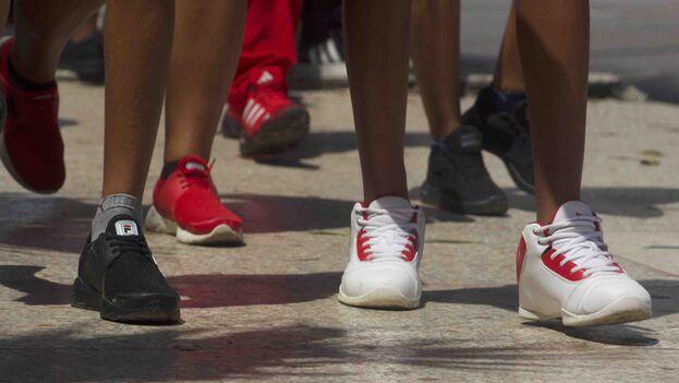 Antes de que comience el curso las familias viven una carrera contra reloj para comprar mochilas, uniformes y zapatos para los estudiantes. (14ymedio)