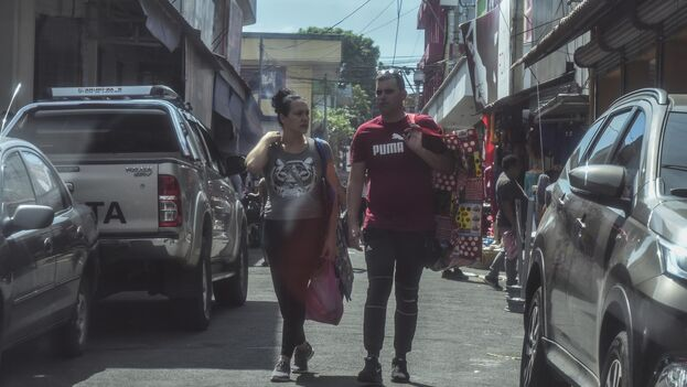Una avalancha de pequeños comerciantes cubanos compran compulsivamente y están moldeando las ofertas en los mercados de Managua. (Roberto Fonseca/La Prensa)