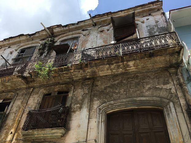 Las condiciones en las que viven miles de habaneros son en extremo peligrosas, en edificios a punto de colapsar. (14ymedio)