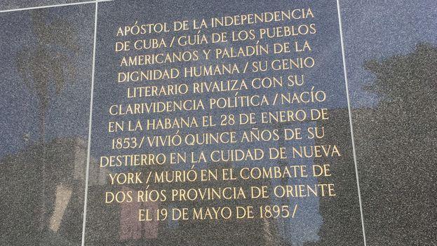 """En la tarja conmemorativa del monumento de José Martí se podían leer dos erratas: """"nacío"""" en vez de """"nació"""" y """"cuidad"""" en vez de """"ciudad"""". (14ymedio)"""