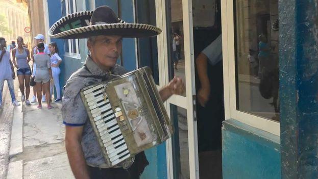 """En las calles cubanas se escucha por doquier la palabra """"felicidades"""". (14ymedio)"""