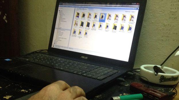 Un cubano accediendo a 'El Paquete' desde su laptop en casa. (14ymedio)