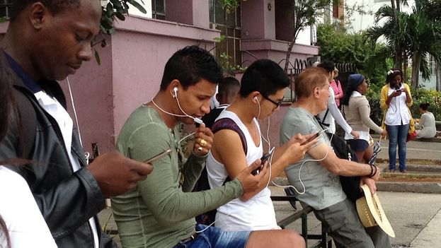 Los cubanos se conectan a internet en redes wifi propiedad del Estado. (14ymedio)