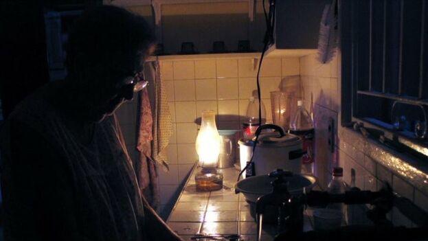 Para muchos cubanos los cortes de energía también implican mayores dificultades para cocinar. (EFE)