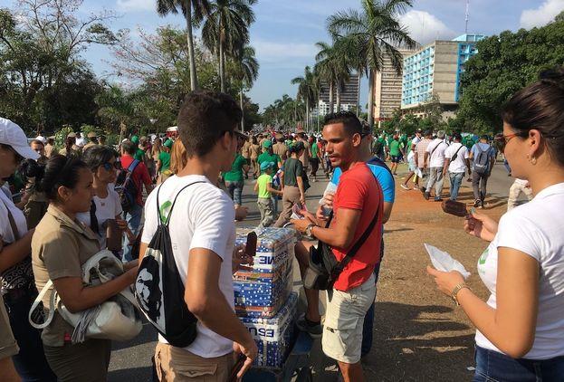 Algunos cuentapropistas aprovechan el desfile para vender agua, refrescos y helados. (14ymedio)