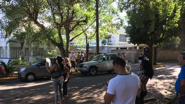 Los curiosos se acercaron a la embajada panameña para interesarse por el nuevo carné de compras. (14ymedio)