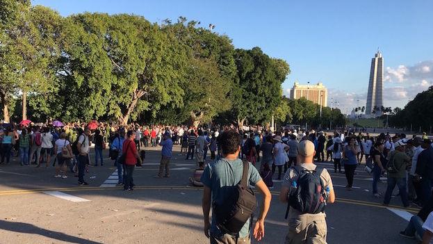 la gente se desesperaba en la cola y se escuchaban gritos de protestas de personas ante algunos grupos de centros laborales que intentaban colarse