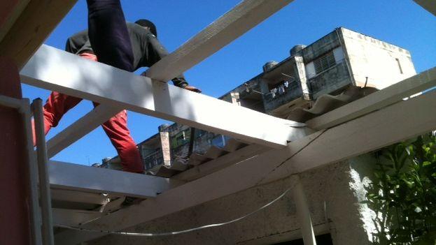 El desmontaje del techo de Grisel. (Juan Carlos Fernández)
