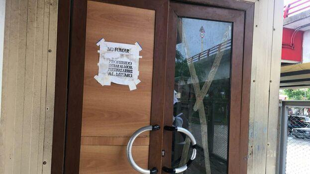 Una puerta desvencijada da acceso a la oficina donde pesan, inspeccionan y procesan cada equipaje a entregar. (14ymedio)